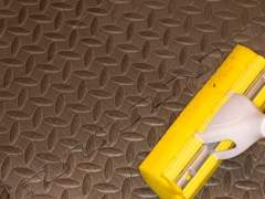 Clean a rubber floor brush