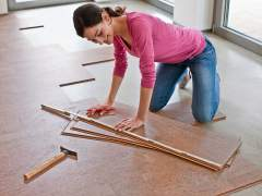 Installation of the cork floor with their hands