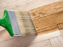 Varnishing of parquet floors